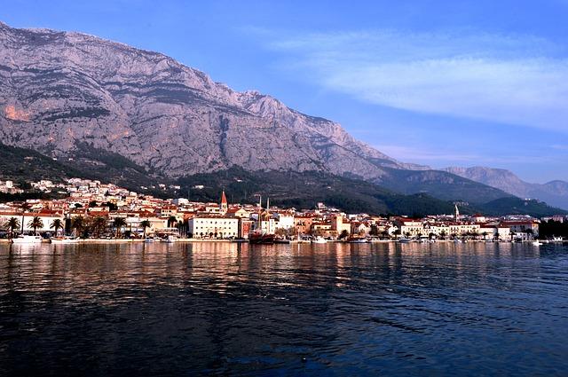 přístav a hory
