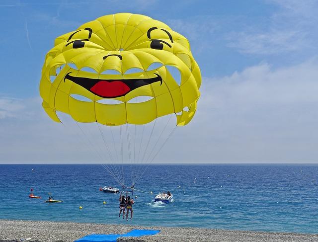 parasailimg u moře