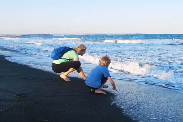 žena a chlapec u moře