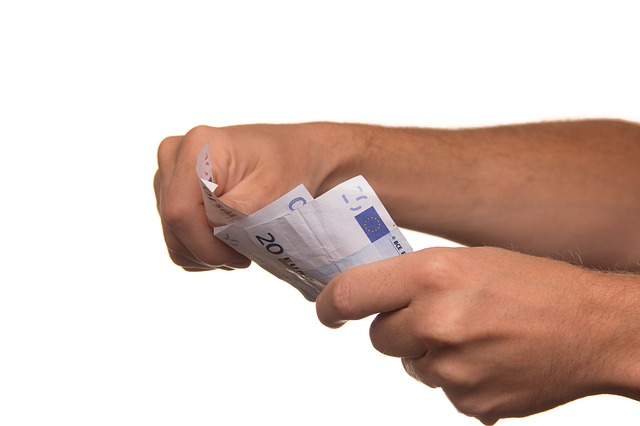 bankovky v rukách.jpg