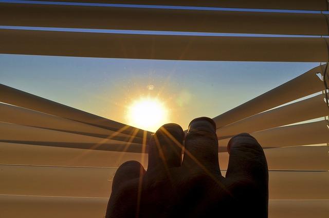 slunce za žaluziemi