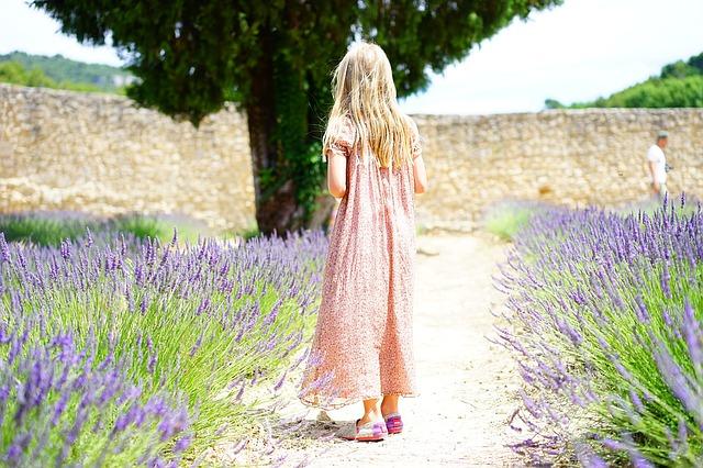 dívka v levandulích