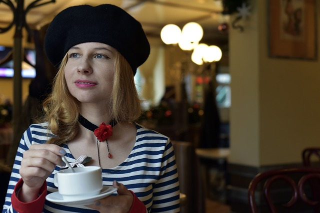 blondýna s baretem